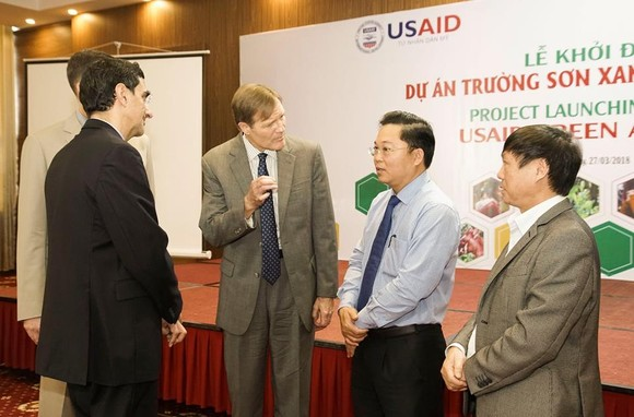 USAID/Vietnam Mission Director Michael Greene and Vice Chairman of Quang Nam Le Tri Thanh launch the USAID Green Annamites project in Tam Ky City.  (Photo: USAID Vietnam)