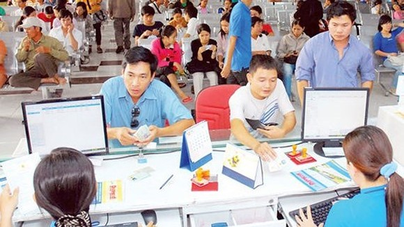 Passengers buy train tickets for Tet holidays at a station. (Photo: Sggp)