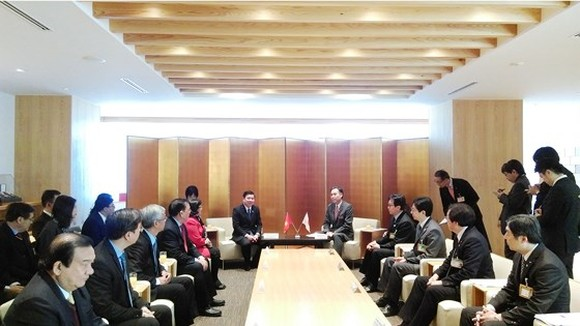 Chairman of Ho Chi Minh City People's Committee Nguyen Thanh Phong meets governor of Nagano Prefecture Shuichi Abe.  (Photo: Sggp)