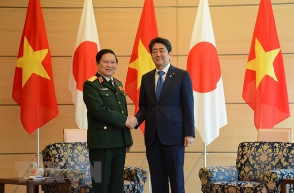 Minister of National Defence General Ngo Xuan Lich (L) and Japanese Prime Minister Shinzo Abe (Photo: VNA)