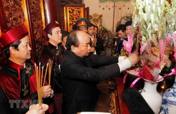 PM Nguyen Xuan Phuc and delegates offer incense at Thuong Temple at the Hung Kings Temple Relic Site. (Source: VNA)