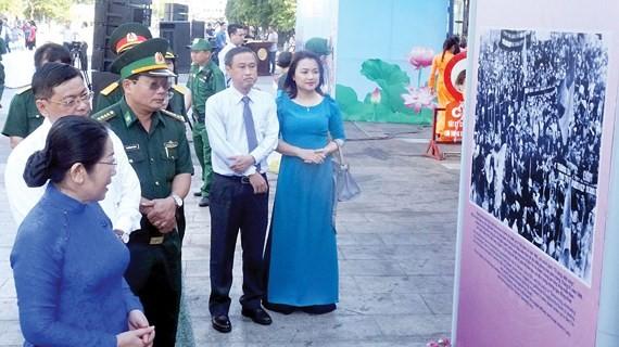 City's leaders visit a exhibition. (Photo: Sggp)