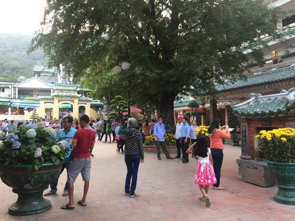 Ten thousands of visitors flocked to Ba Chu Xu temple in Chau Doc. (Photo: KK)