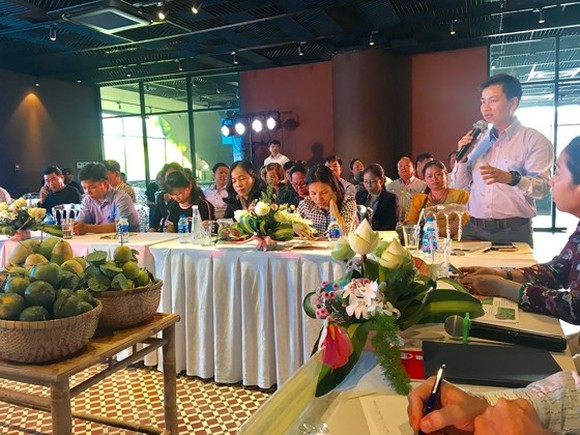 A representative of Lotte Mart speaks at a trade promotional exchange with the participation of businesses of Dong Thap and HCMC. (Photo: Sggp)