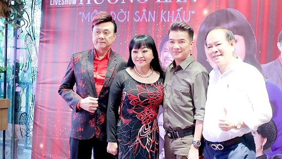 Singer Huong Lan (C ), comedian Chi Tai (L) and singer dam Vinh Hung (2nd, R) at the press conference of the concert (Photo: Sggp)