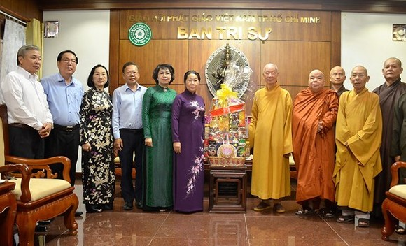 Vice Secretary of Ho Chi Minh City Party Committee Vo Thi Dung visits the Executive Council of the Vietnam Buddhist Sangha (VBS) of HCM City.  (Photo: Sggp)