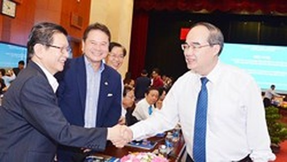 HCMC Party Committee Chief Nguyen Thien Nhan (R)
