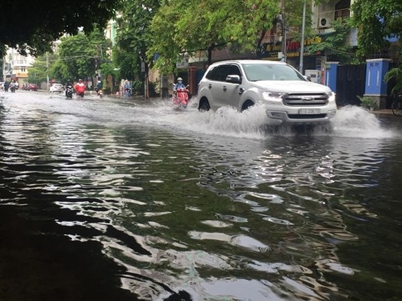 Heavy rains cause flooding on Thanh Loan Road in District 8, HCM City on May 20. (Photo: VNA)