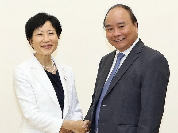 Prime Minister Nguyen Xuan Phuc (R) receives GEF CEO and Chairperson Naoko Ishii (Source: VNA)