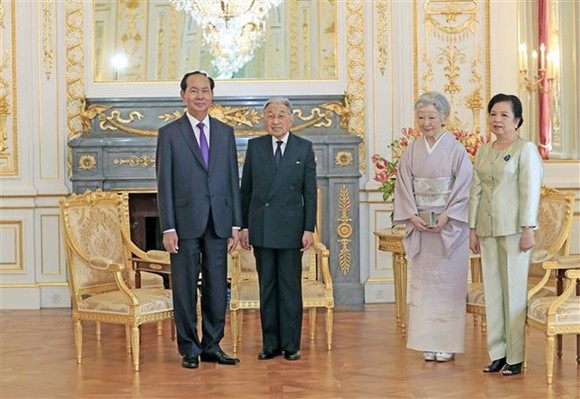Before leaving Tokyo, President Tran Dai Quang and his spouse had a warm farewell meeting with the Emperor and Empress.(Photo: VNA)