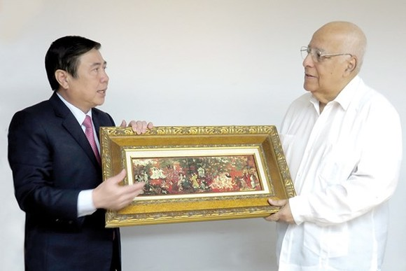 Chairman of the People's Committee of HCMC Nguyen Thanh Phong presents a gift to Deputy Chairman of the Council of Ministers of the Republic of Cuba, Ricardo Cabrisas Ruiz. (Photo: Sggp)