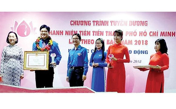 Outstanding youth receive certificates of merit. (Photo: Sggp)