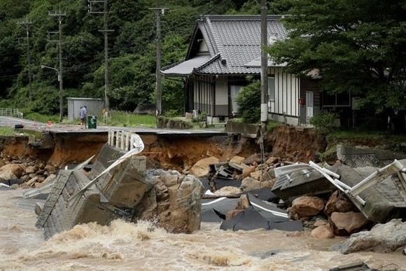 The Japanese government puts the death toll caused by floods and landslides at 48, with 28 others presumed dead (Source: EPA/EFE/VNA)