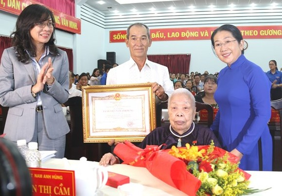 Mrs. Nguyen Thi Cam in Go Vap district is awarded the title of Vietnamese heroic mother.