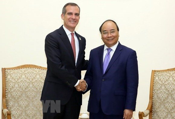 Prime Minister Nguyen Xuan Phuc (R) and Los Angeles Mayor Eric Garcetti (Source: VNA)