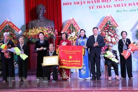 "National Assembly Chairwoman Nguyen Thi Kim Ngan (third, left) presents the ""Hero of the People's Armed Forces"" title to representatives of the Women's Liberation Association – Long-Haired Army (Photo: VNA)"