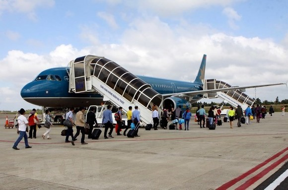 Passengers are boarding a Vietnam Airlines aircraft. (Photo: VNA