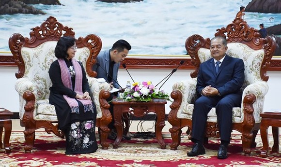 Headof the Department ofPropagandaand Training of the HCMC Party Committee, Than Thi Thu (L) meets head of the Lao People's Revolutionary Party (LPRP) Central Committee's Commission for Propaganda and Training, Kikeo Khaykhamphithoune. (Photo: Sggp)