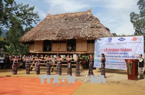 """The long communal house """"Guol"""" of the Co Tu ethnic group in the central province of Thua Thien-Hue (Photo: VNA)"""