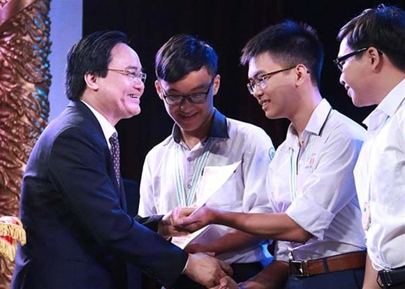 Minister of Education and Training Phung Xuan Nha grants Vallet scholarships to to outstanding students (Photo: moet.gov.vn)