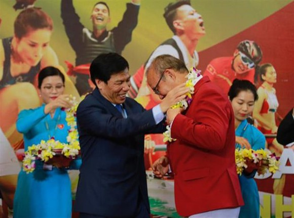 Minister of Culture, Sports and Tourism Nguyen Ngoc Thien (L) presents flowers to head coach of the Olympic men's football team Park Hang-seo (Photo: VNA)