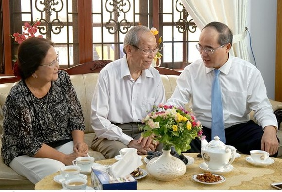 Secretary of the HCMC Party Committee Nguyen Thien Nhan (R ) and Prof. Dr. Tran Hong Quan