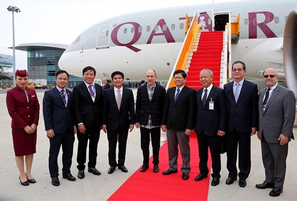 Qatar Airways' first direct flight arrives in Da Nang city.