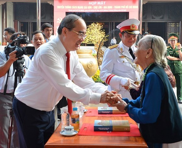 Secretary of the HCMC Party Committee Nguyen Thien Nhan talks with a delegate in the meeting. (Photo: sggp)
