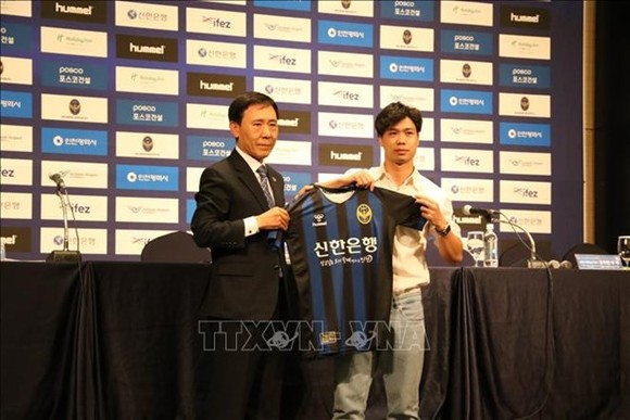 Cong Phuong receives his jersey at the press conference (Photo: VNA)
