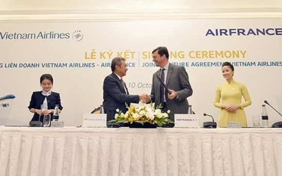 The signing ceremony on the establishment of the Vietnam Airlines-Air France joint venture in 2017 (Photo: VNA)