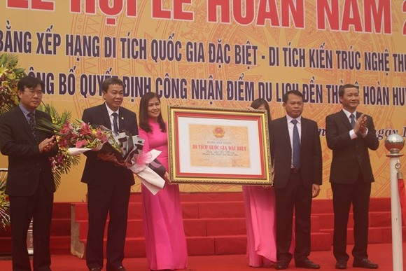 The certificate recognising the Temple of Le Hoan as a special national relic site is presented on April 12 (Photo: VNA)