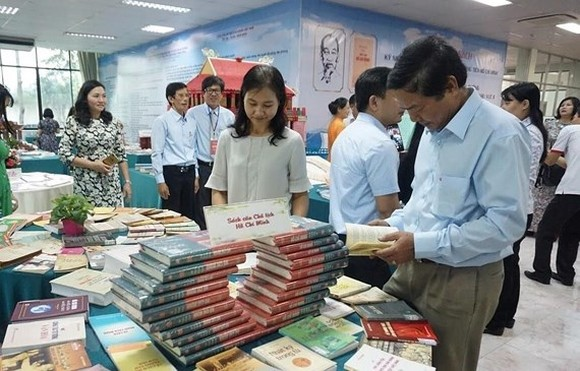 The book exhibition attracts many visitors. (Photo: VNA)