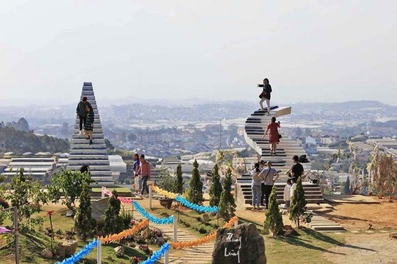 """Two """"Stairway to heaven"""" illegal works without permit in Da Lat city"""