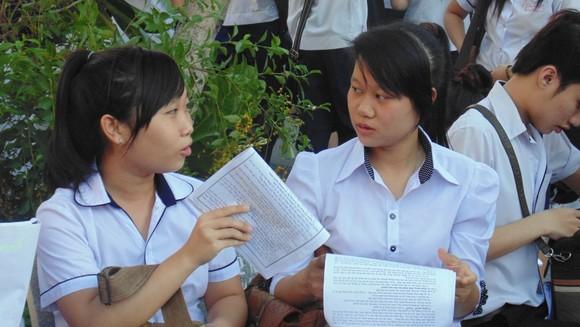 Học sinh trao đổi sau giờ làm bài một môn thi tuyển sinh lớp 10