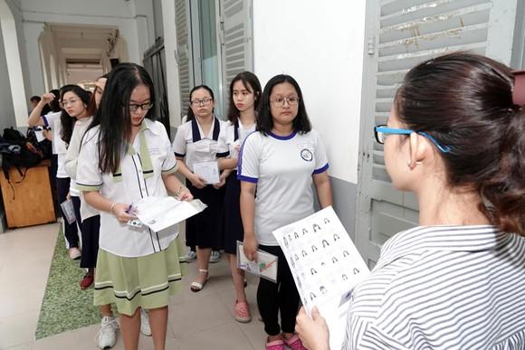 Kỳ thi THPT Quốc gia năm 2019: Thí sinh đến các điểm thi làm thủ tục dự thi ảnh 3