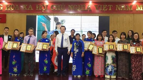 Giám đốc Sở GD-ĐT TPHCM Lê Hồng Sơn (áo trắng, thứ 5 từ trái qua) trao bằng khen cho 31 giáo viên dạy giỏi cấp TP  hệ giáo dục thường xuyên.