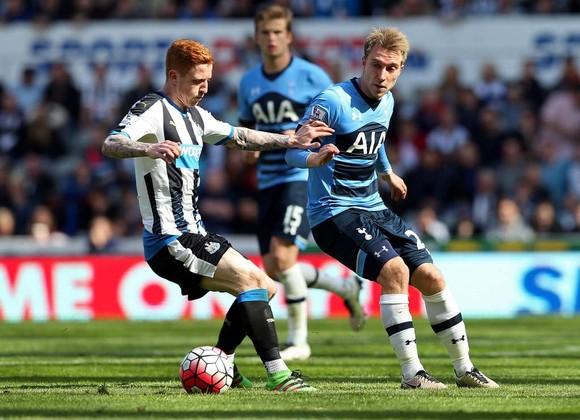 Tottenham (phải) hứa hẹn gặp nhiều khó khăn trước Newcastle.