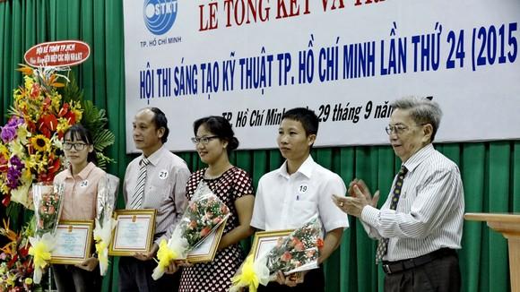 Ban tổ chức hội thi trao thưởng cho các tác giả đoạt giải. Ảnh: K.ANH