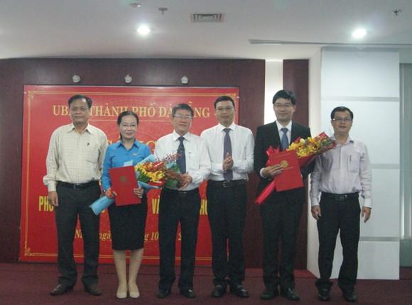 Ông Hồ Kỳ Minh, Phó Chủ tịch UBND TP Đà Nẵng trao quyết định bổ nhiệm 2 Phó Giám đốc Sở TTTT