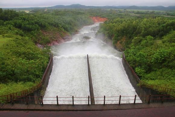 Sáng 12-10, hồ Kẻ Gỗ bắt đầu tiến hành xả nước về hạ du