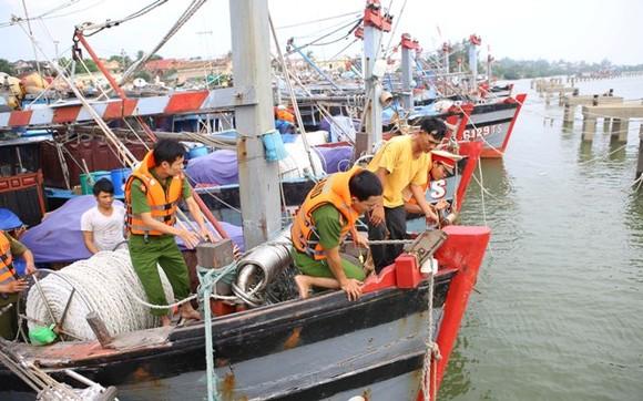 Công an Thừa Thiên – Huế giúp ngư dân neo đậu tàu thuyền tránh trú bão.