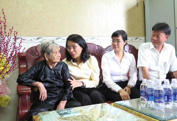 TPHCM tặng mỗi Mẹ Việt Nam Anh hùng 2 triệu đồng dịp 27-7 ảnh 1