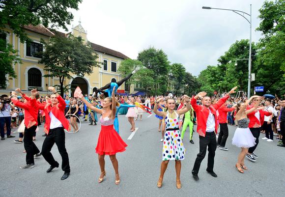 Lần đầu tiên đoàn vũ công Carnival khuấy động phố đi bộ Hà Nội ảnh 2