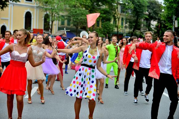 Lần đầu tiên đoàn vũ công Carnival khuấy động phố đi bộ Hà Nội ảnh 1