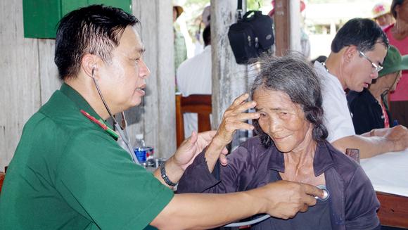 Khám bệnh, phát thuốc và tiếp sức đến trường tại Quảng Nam ảnh 2