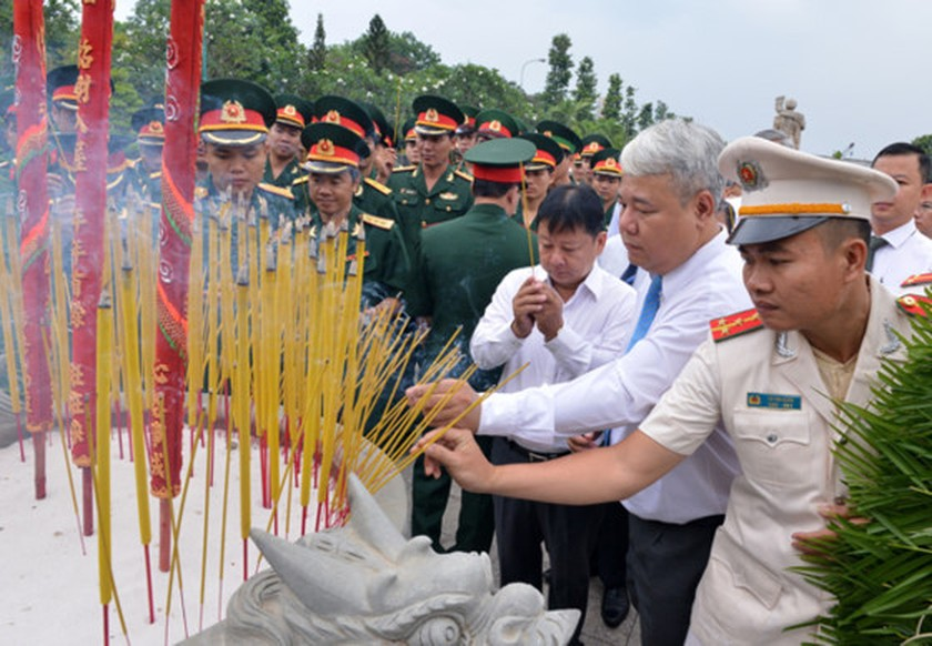 City leaders commemorate martyrs on reunification day ảnh 1