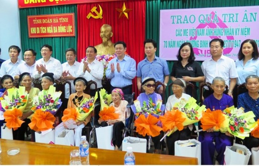 Central leaders commemorate martyrs on War Invalids & Martyrs Day ảnh 4