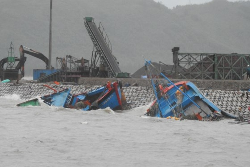 Tens of fishing boats sunk by typhoon Talas ảnh 1