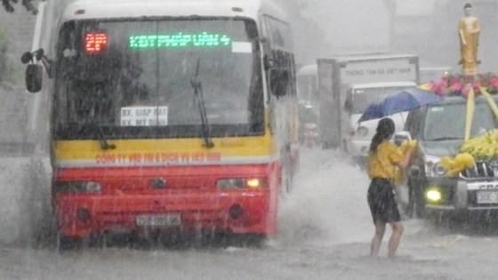 Serious flood in Hanoi after typhoon Talas ảnh 3
