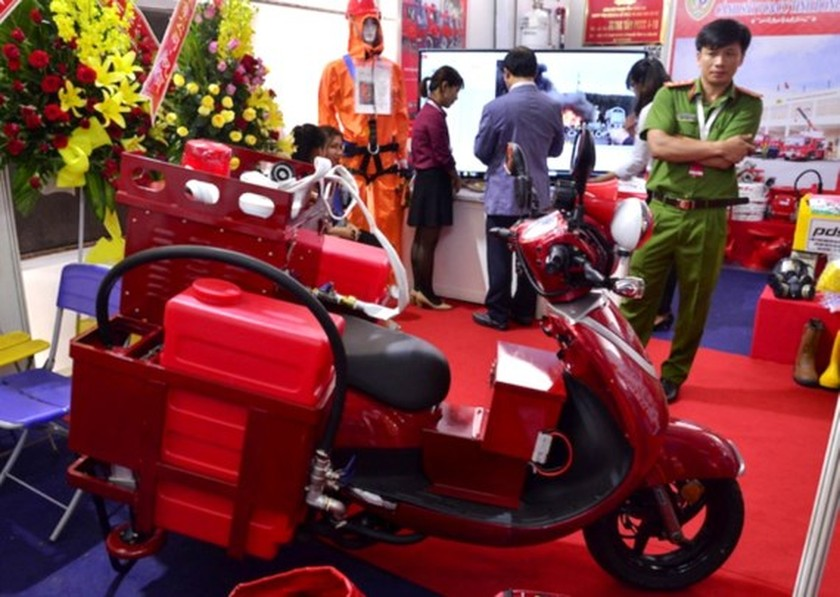 City kicks off exhibition on fire safety & rescue equipment ảnh 1